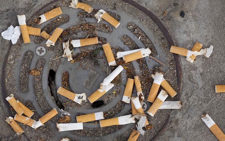 Lanciare sigarette dalla finestra: cosa si rischia?